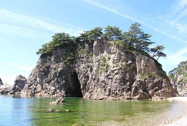 チャンネルを利用したカット 岩と森林